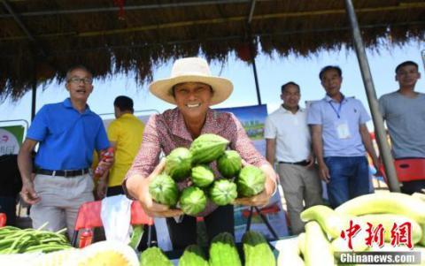 当地农民展示农产品.中新社记者 姬东 摄