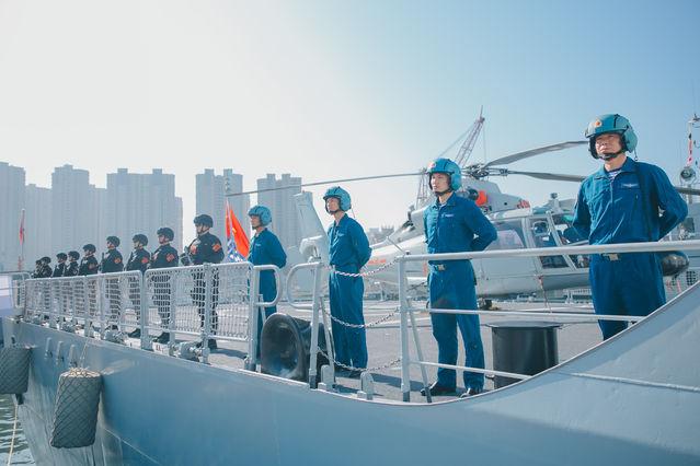 海军第33批护航编队今天从山东青岛启航