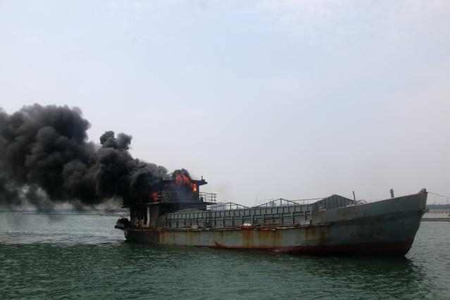 广西钦州货船起火被扑灭 无人员伤亡
