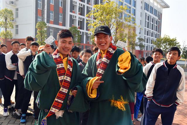 连续11年 武昌站售票车开进校园服务藏族师生