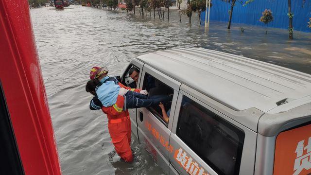 广西南宁:暴雨袭城致城区内涝 8名被困市民获救