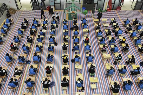 长沙一中学体育馆改食堂 就餐吃出考试的感觉