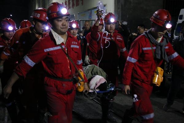 奇跡!杉木樹煤礦現場:掌聲迎接首批兩名獲救礦工