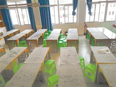 學生坐塑料凳,校長用大班臺,好大的派頭!
