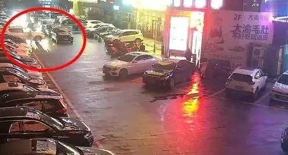 """杭州车主连撞违停车辆11次,网民为何为她""""鸣不平""""?"""